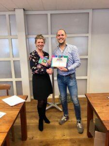 René Wanders krijgt het certificaat van cursusleidster Ineke Graumans.