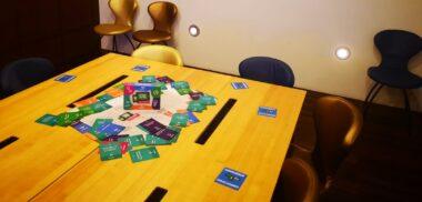 tafel met Optimaal Digitaal spel in vergaderruimte