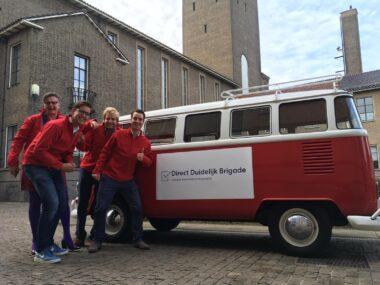 Lancering van de Direct Duidelijk Brigade in Enschede door 4 ambtenaren in een rood VW-busje.