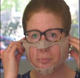 Vrouw met doorzichtig mondkapje
