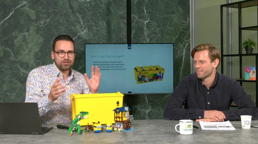 Thijs legt met Legodoos en steentjes het principe Tag Manager uit.